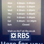 Часы работы Королевского Банка Шотландии (RBS) в нашем городе