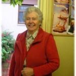 Marie Falconer перед входом в мастерскую мужа