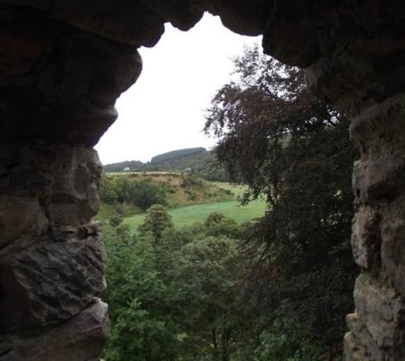 Вид из оконного проема замка Драмин