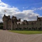 Центральный вход в замок Баллиндалох с Королевским штандартом Шотландии