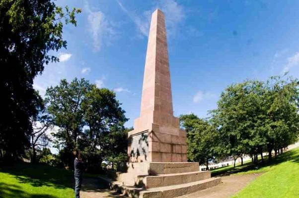 Монумент Джеймсу Томсону в сравнении с человеческим ростом