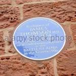 Памятная табличка на стене дома в Кромарти, где родился Джеймс Томсон