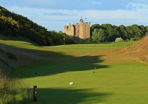 Вид на замок Стюарт со стороны гольф курсов