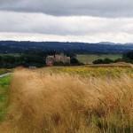 Вид на замок Стюарт со стороны дороги В9039