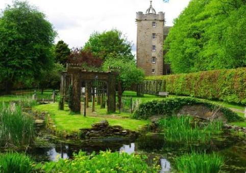 Водный сад. Вид на северную башню замка Стюарт