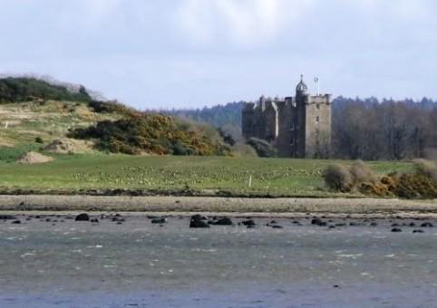Замок Стюарт со стороны залива Морей Ферт