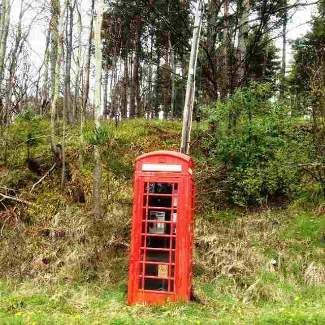 Красная телефонная будка на подъезде к станции Tamhdu — прекрасный ориентир