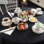 Перед началом тура гости имели шанс подкрепиться чаем-кофе с домашним whisky cake и печеньями знаменитой местной фабрики Walkers
