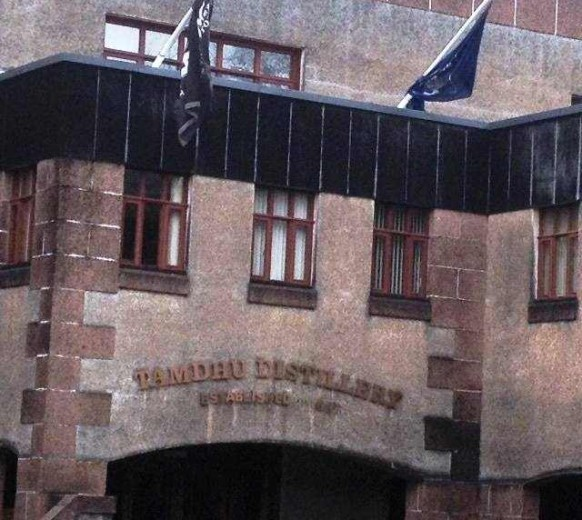Вискикурня Тамдю была основана в 1897 году, здание построено из девонского розового песчаника