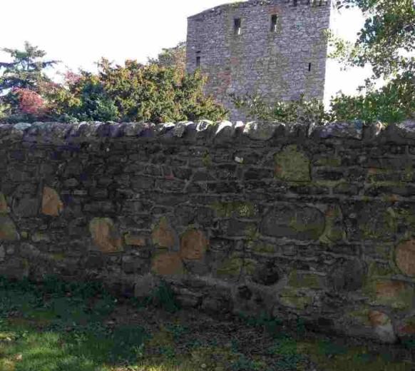 Огороженный стеной сад замка Драмин