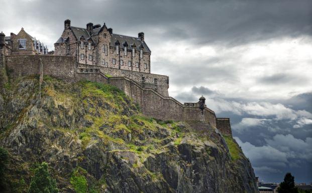 Эдинбургский замок, как его видно из поезда