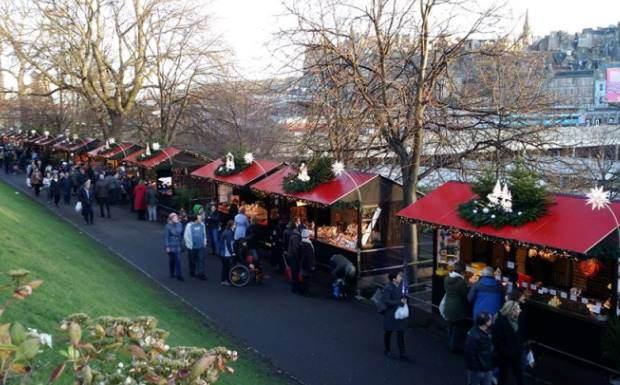 Рождественский базар в городском парке  Эдинбурга Princes Street Gardens недалеко от вокзала Уэверли