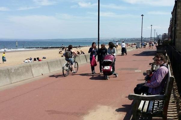 Вид на пляж с набережной. Портобелло