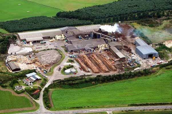 Общий вид завода. На переднем плане дорога А96. Norbord — Шотландия
