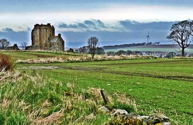 Вид на замок Инчдрюэр с проезжей дороги