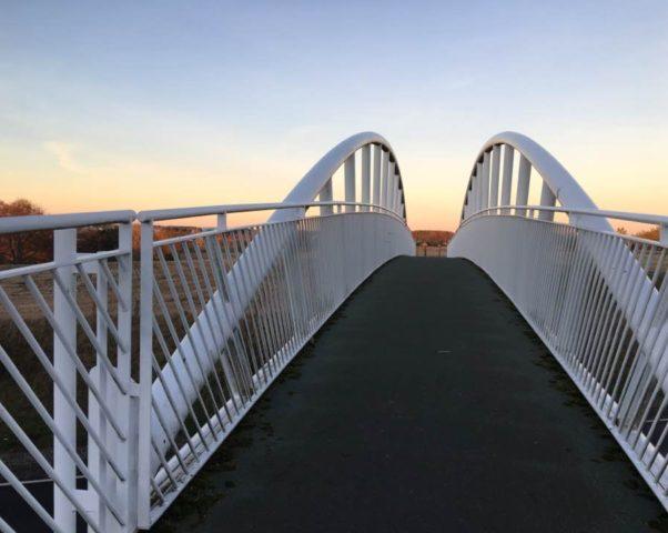 Велосипедный мост к берегу Северного моря