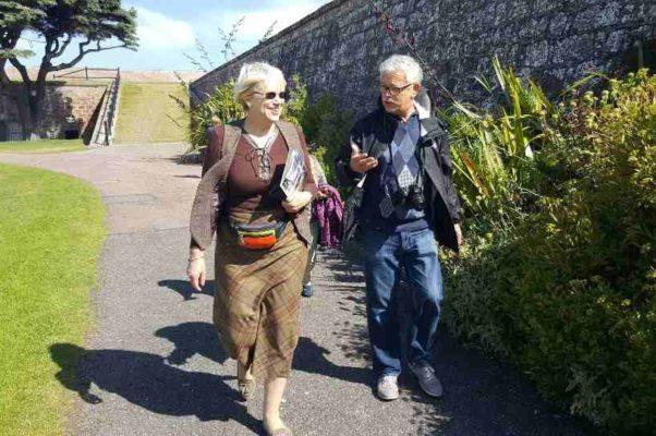 В садах замка Данвеган. В оригинале фото называлось — Зарвавшийся турист требует дополнительных скидок